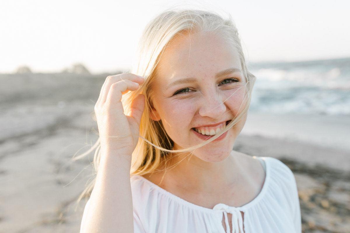 Mallorca Fotoshooting in Alcudia am Strand - authentisches Portraitfoto von Mädchen