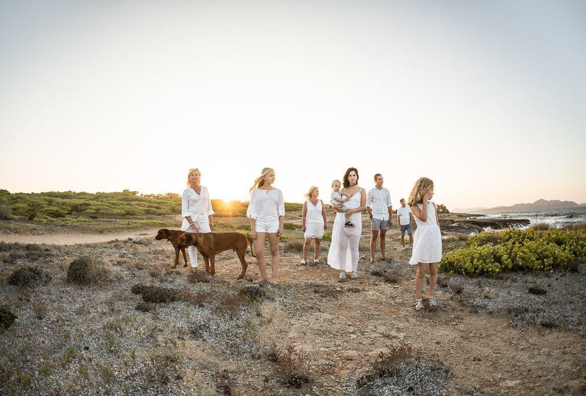 Mallorca Fotoshooting: Großfamilie mit Hunden am Strand