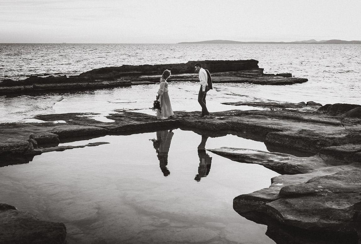 Hochzeitsfotos Palma: Brautpaar am Felsenstrand von Palma