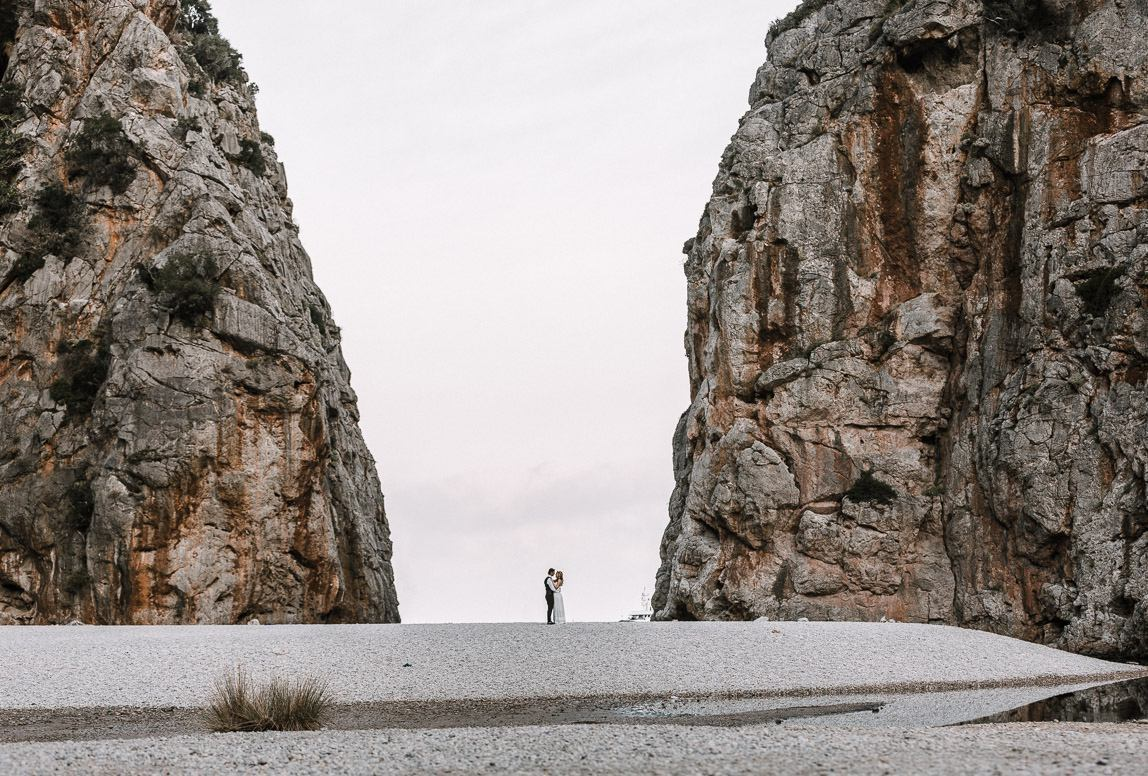 After Wedding Shooting Mallorca - Brautpaar in gigantischem Canyon of Mallorca