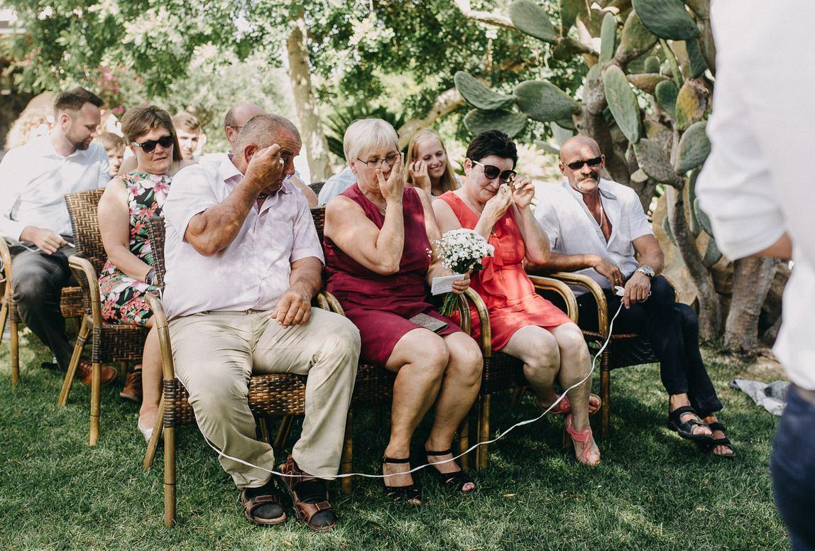 Hochzeitsfotos Mallorca: Hochzeitsgäste emotional berührt von Freier Trauung in Mallorca