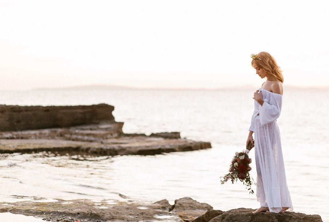 Mallorca fotoshooting während Flitterwochen: Braut im Abendlicht am Felsenstrand