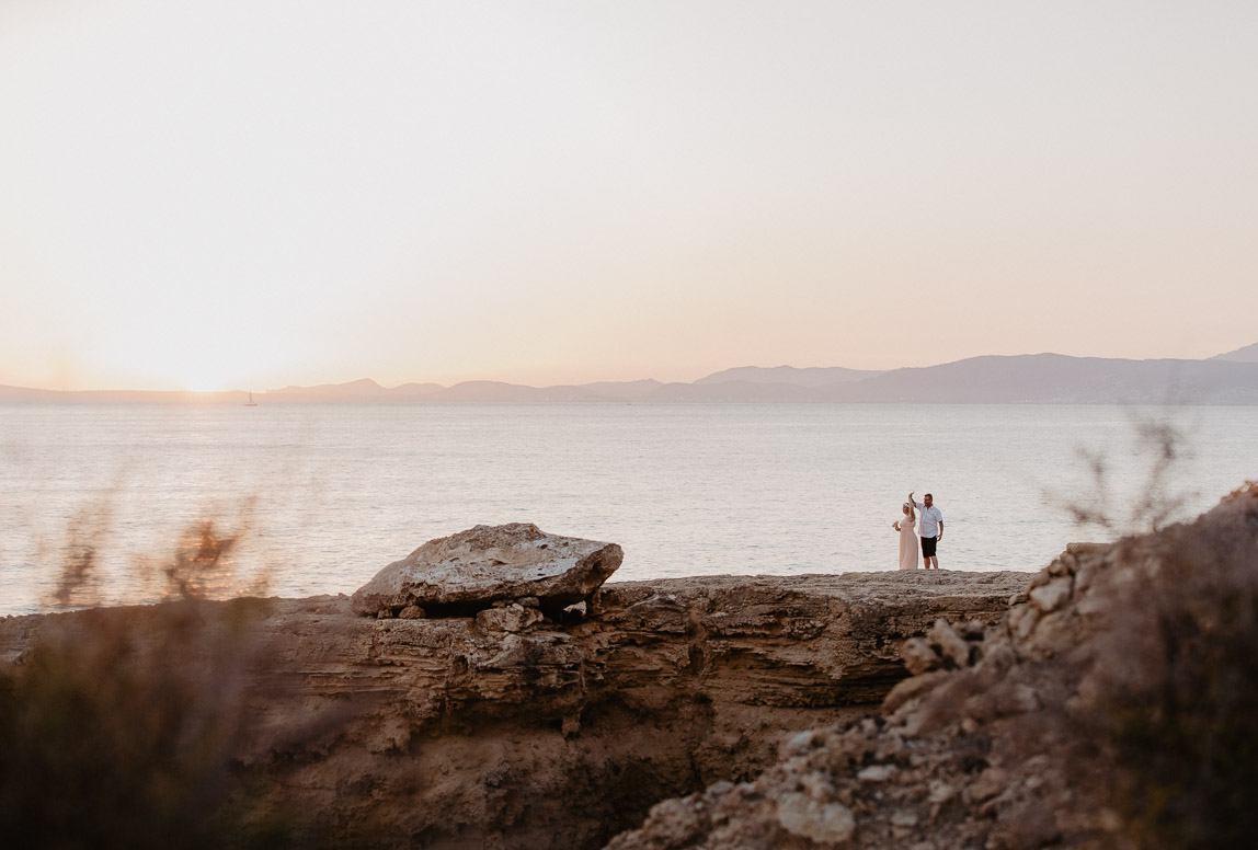 Palma after wedding shooting - Brautpaar auf Wanderung an der Küste von Palma de Mallorca