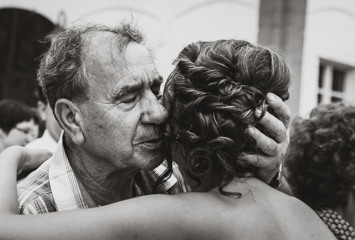 Hochzeitsfotos Palma: Intime Umarmung der Braut bei Gratulation nach der Trauung