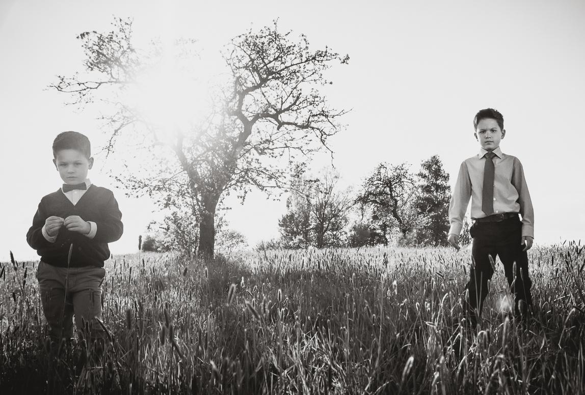 Manacor Fotograf: zwei Brüder stehen auf Feld