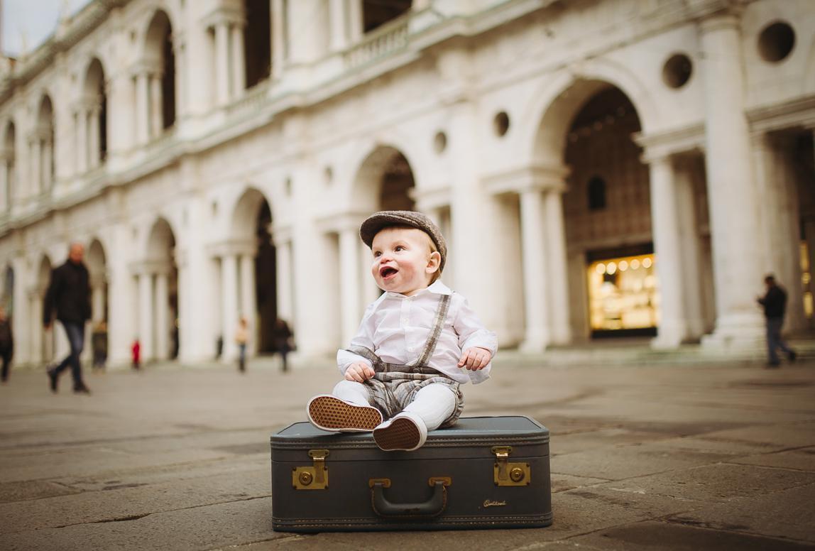 Palma Familienfotos: Baby auf Koffer vor alten Fassaden