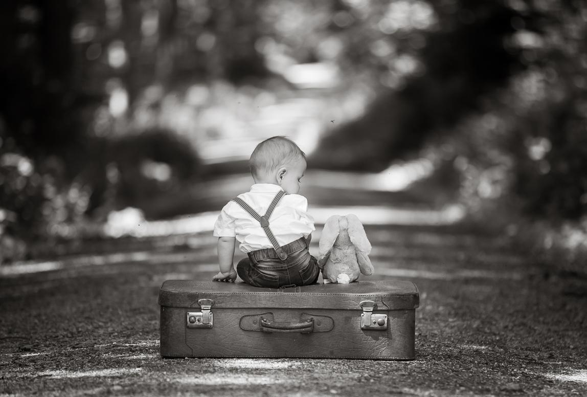 Babyfotos Mallorca: Baby in Alle mit Teddybär