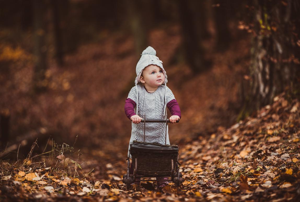 Familienfotos Alcudia - Kind mit Kinderwagen im Herbst