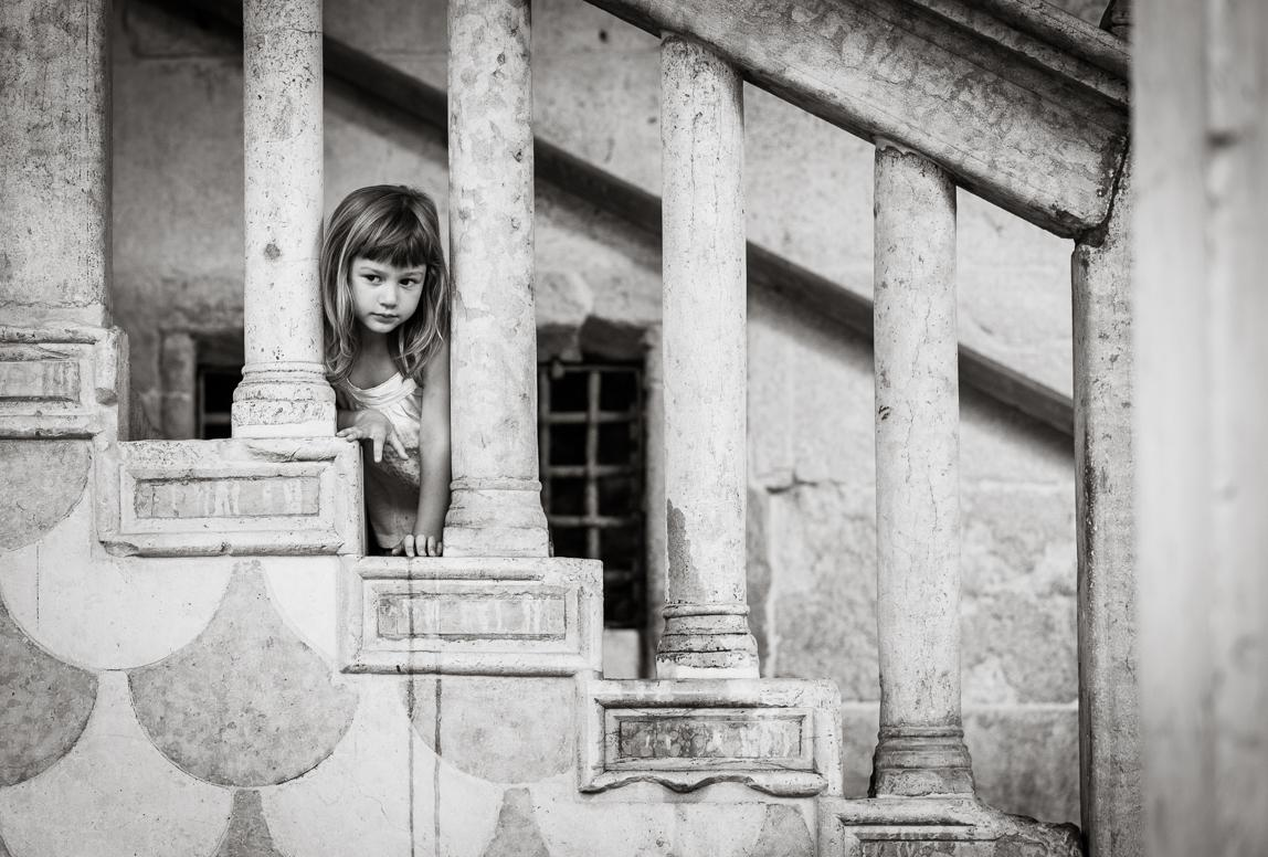 Familienfotos Palma: Mädchen auf alter Treppe in Mallorca