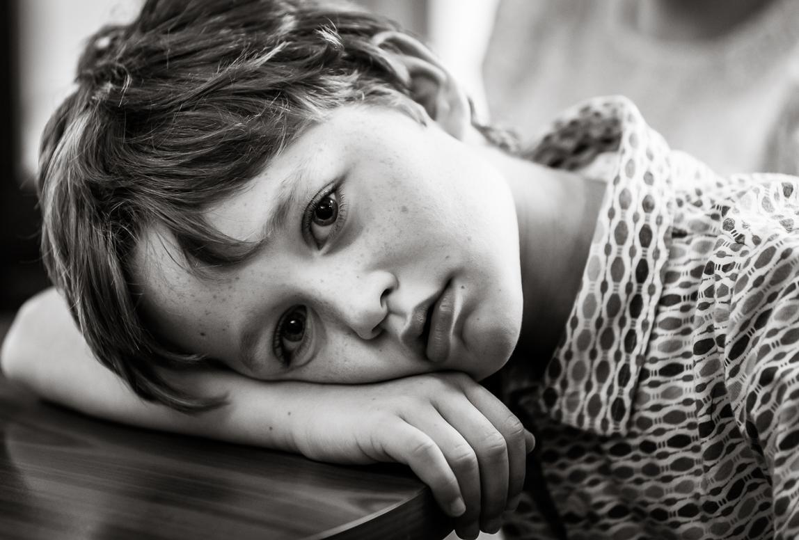 Familienphotos Mallorca: junge blickt gedankenverloren in die Kamera