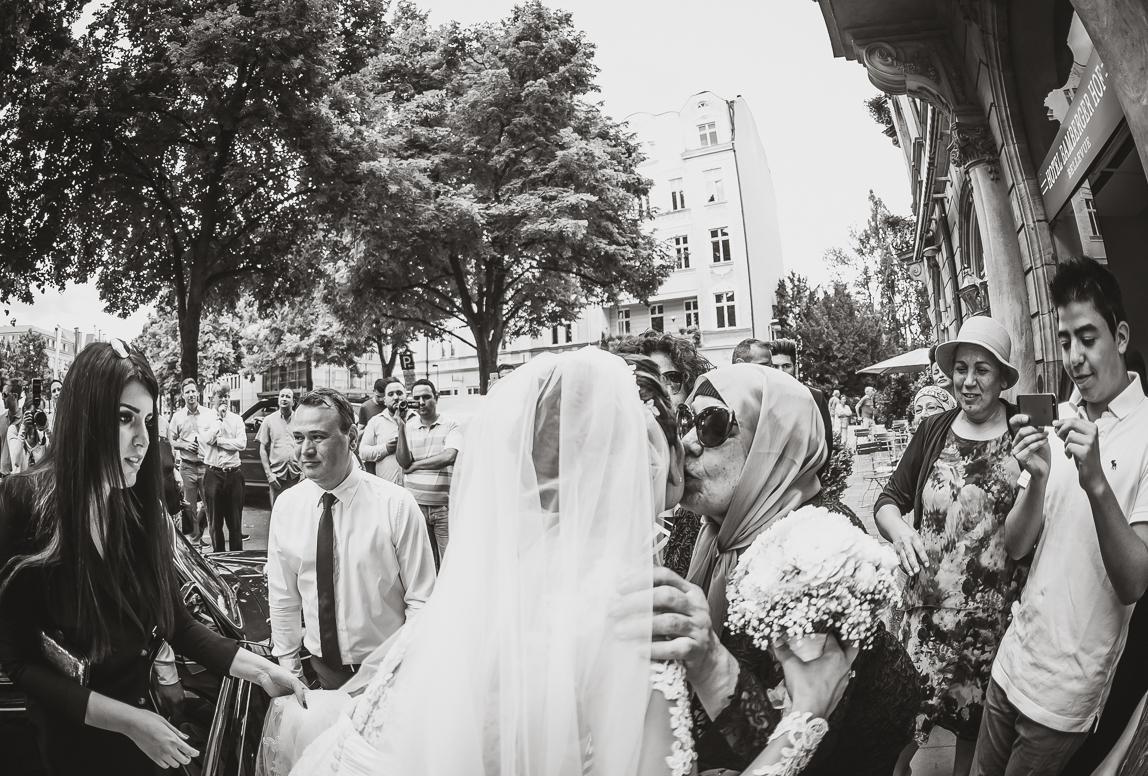 Hochzeitsfotos Balearen: Türkische Braut wird vor der Trauung umarmt und verabschiedet