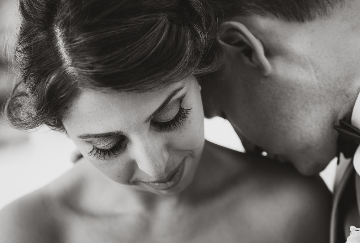 Hochzeitsfotos in Mallorca: Brautpaar bei intimen Kuss