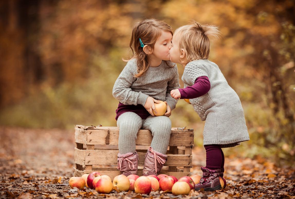 Kinderfotos Mallorca: Geschwister geben sich einen Kuss