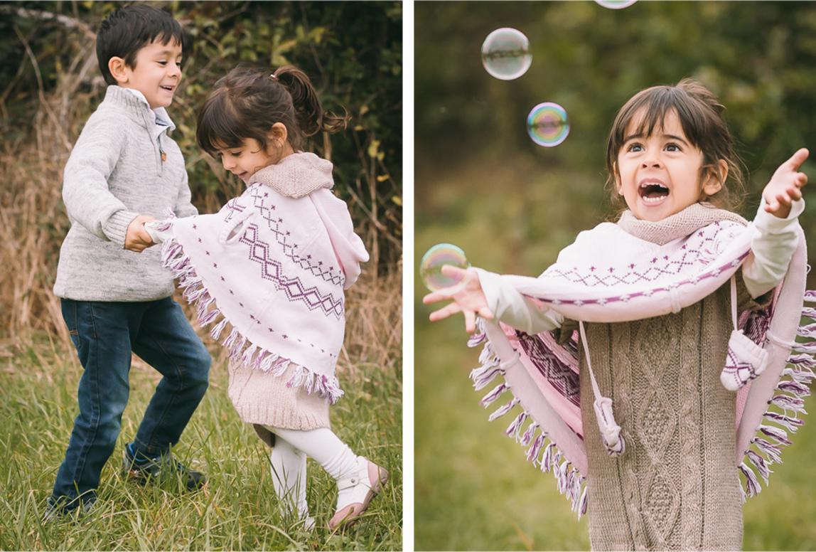 Mallorca Familienfotos: Geschwister spielen unter Seifenblasen