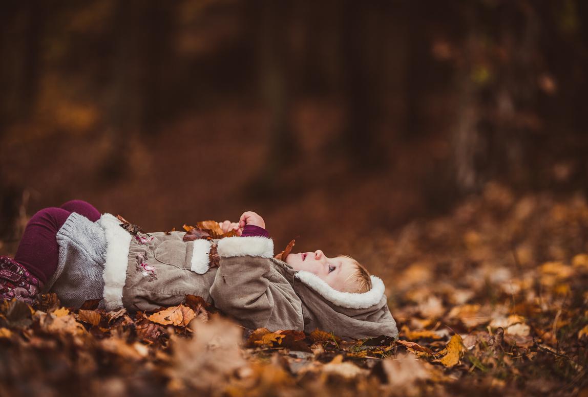 Mallorca Familienphotos: Kind im herbstlichen Wald