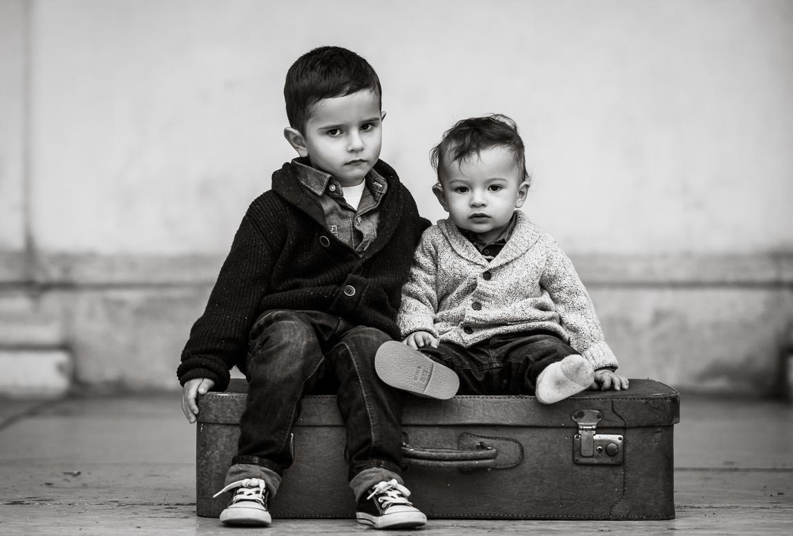 Mallorca-urlaubsfotograf: zwei Brüder beim Fotoshooting