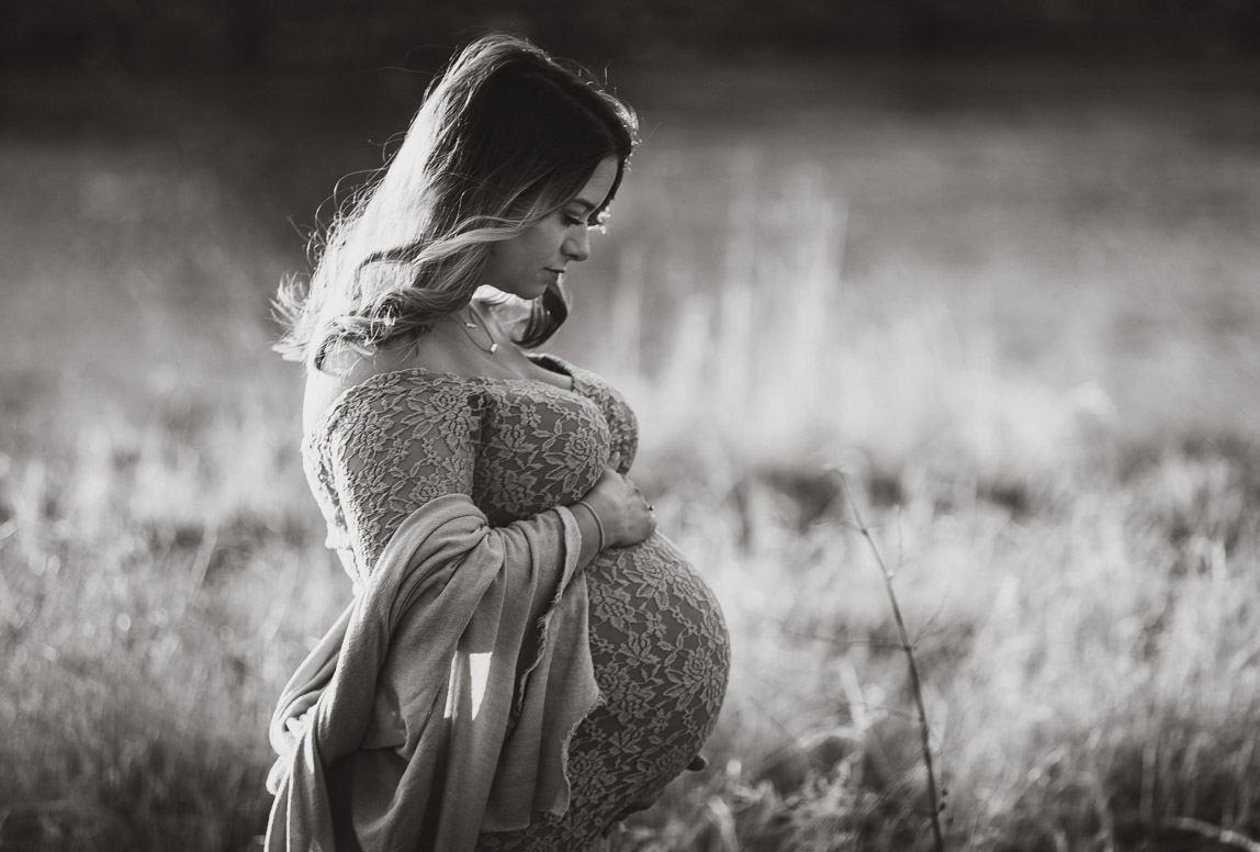 Schwangerschaftsfotos in Mallorca - verträumtes Foto von schwangeren Frau in der Natur