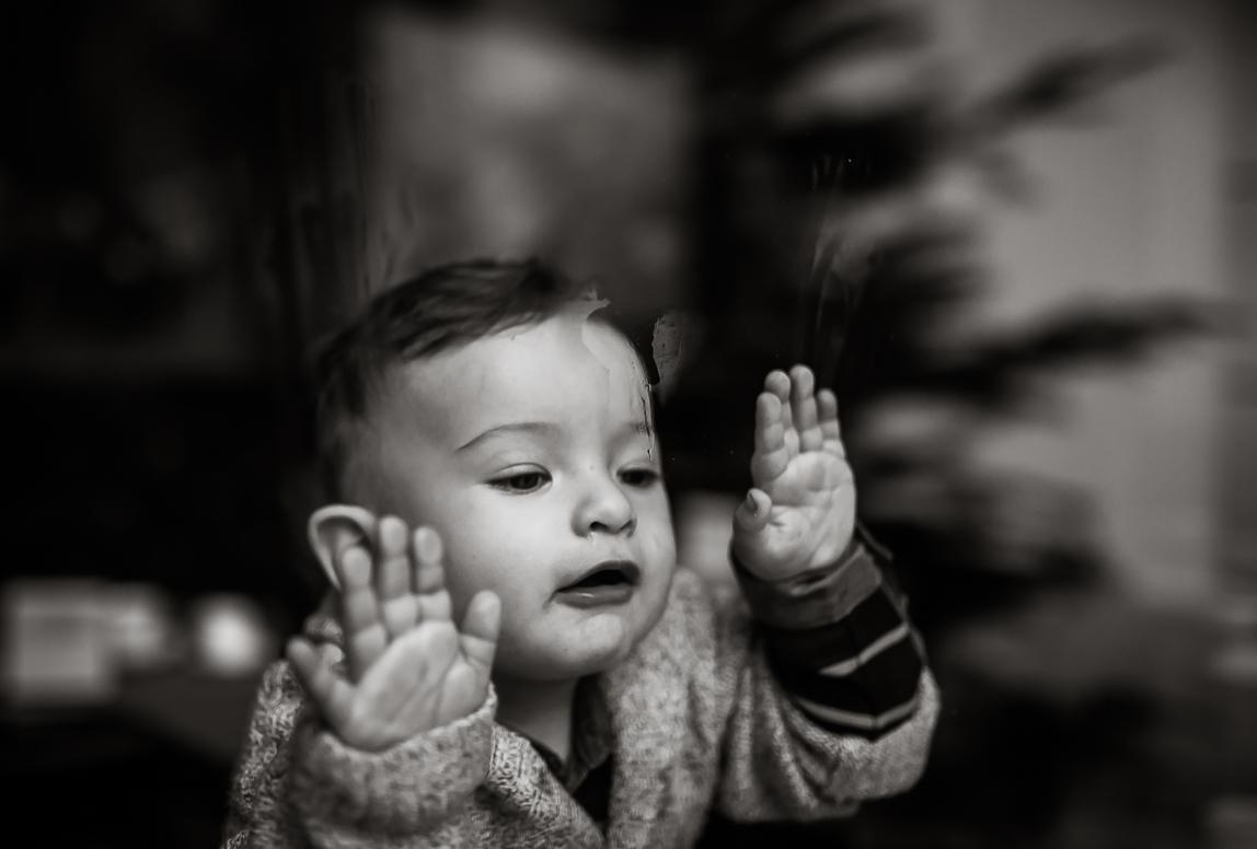 Palma Familienfotos: Kinder an Fensterscheibe in Palma de Mallorca