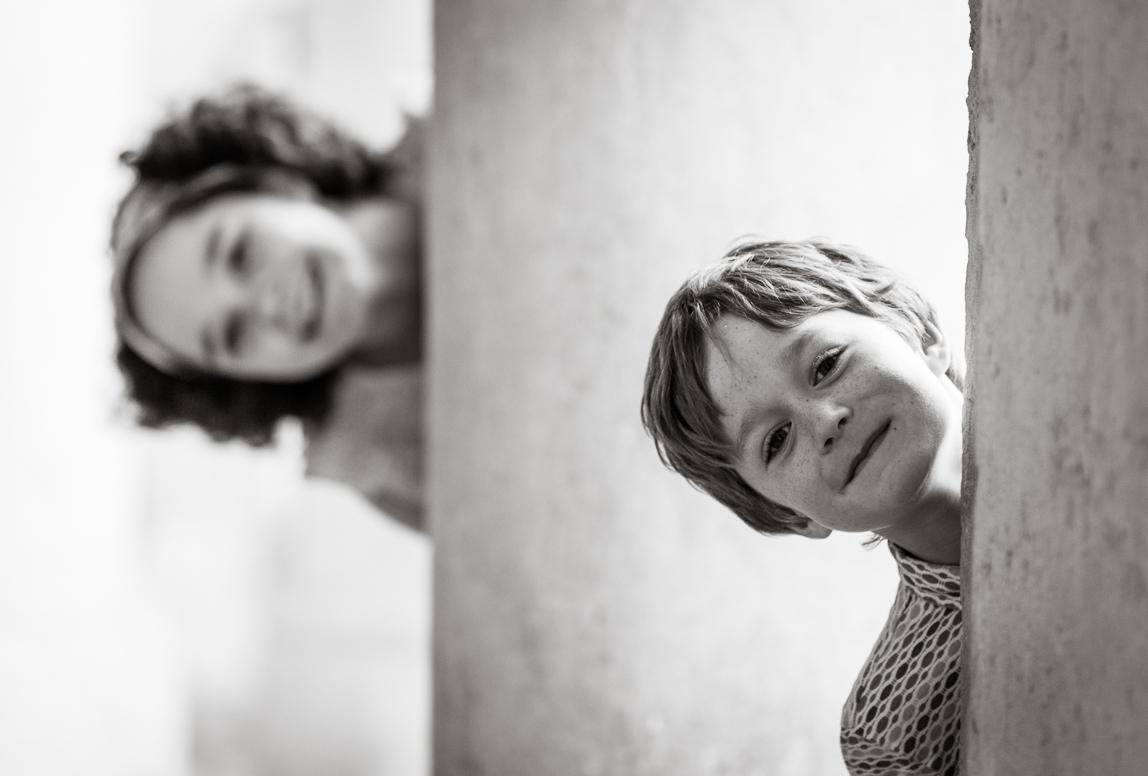 Palma Fotoshooting Familie: zwei Geschwister spielen verstecken