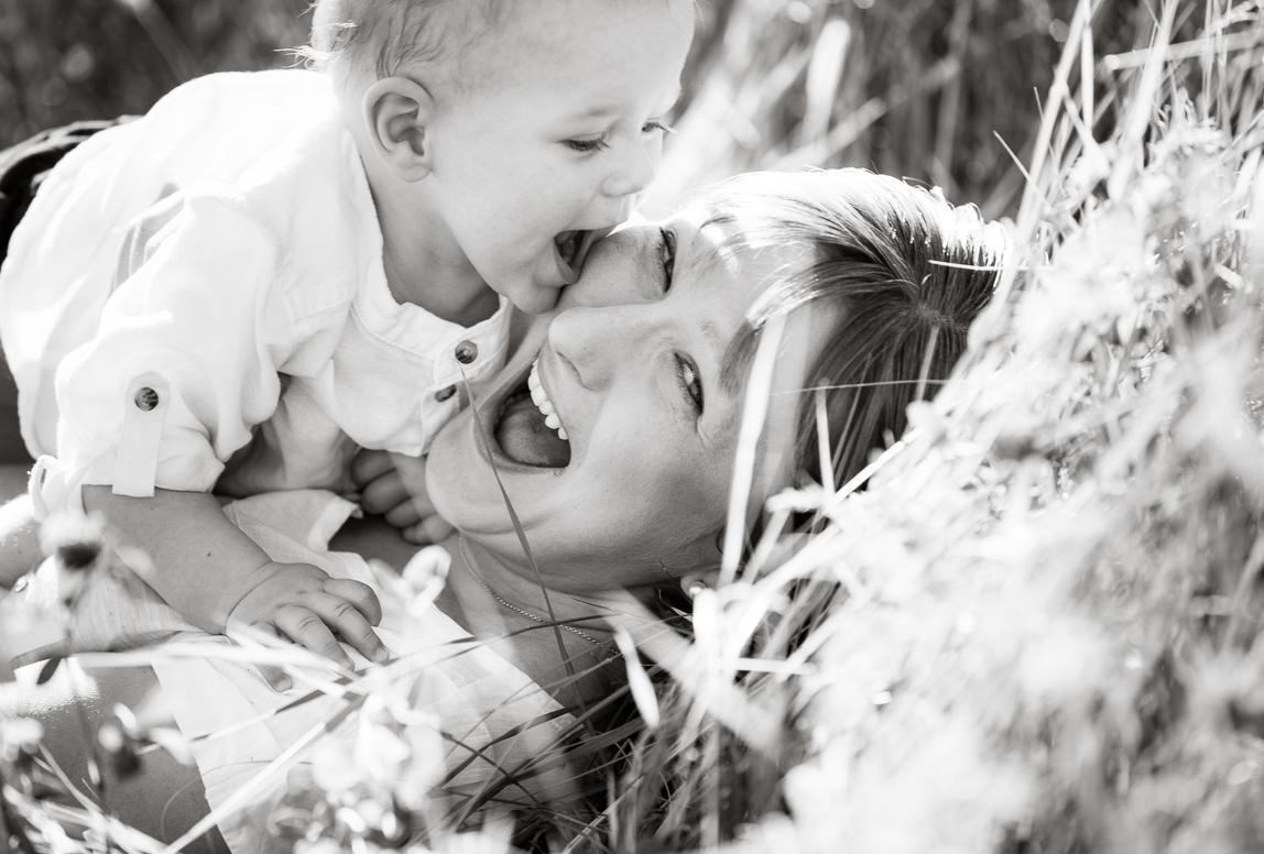 Urlaubsfotos Mallorca: Mutter mit Kind im Gras