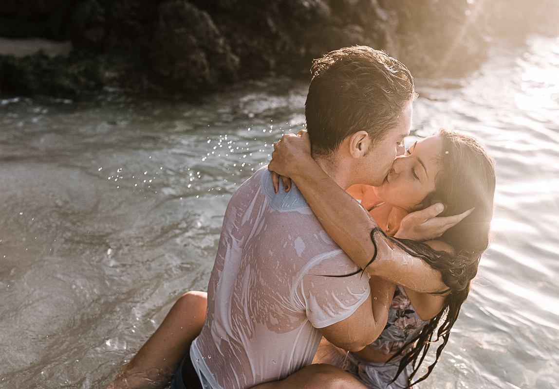 Mallorca Paarfotos: Liebespaar in romantischer Umarmung im Wasser