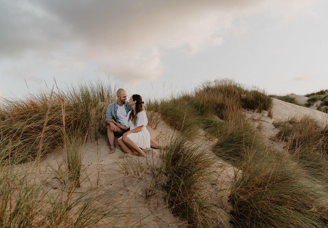 Paar Fotoshooting Mallorca: Verliebtes Paar in den Dünen
