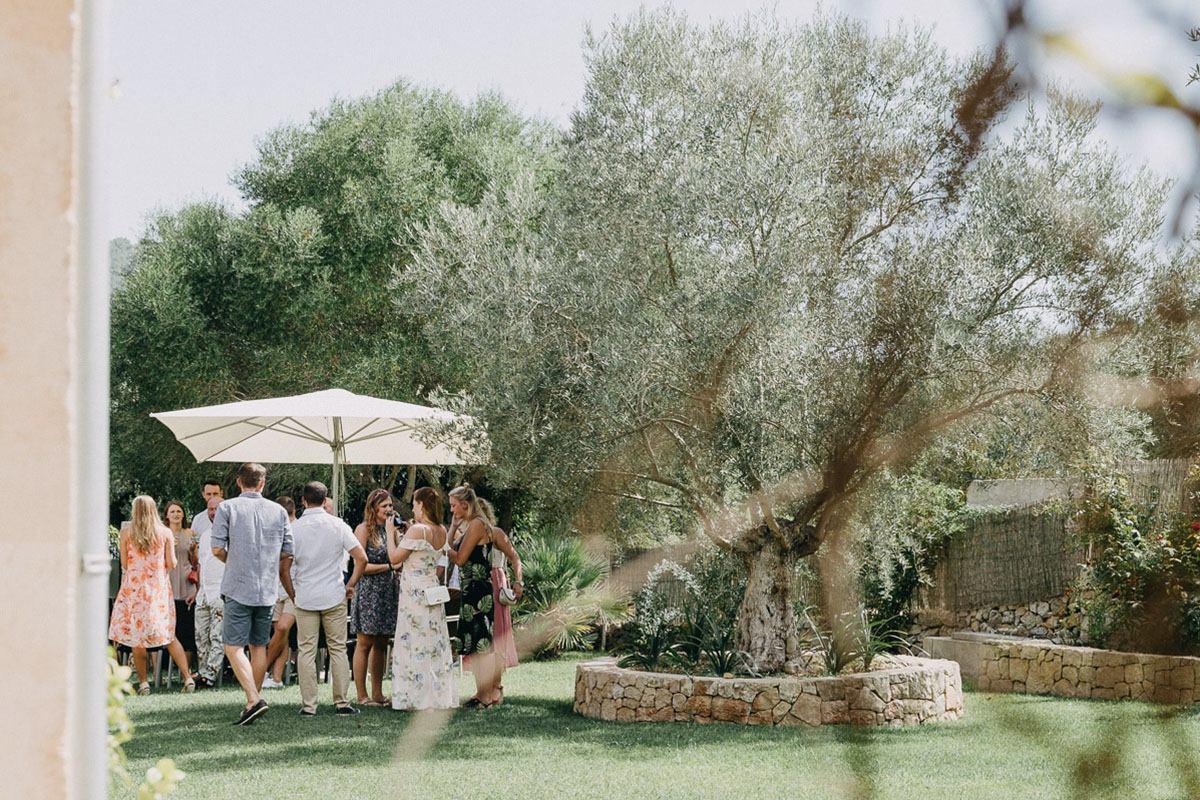 Mallorca Finca Hochzeit - Hochzeitsgäste im Garten