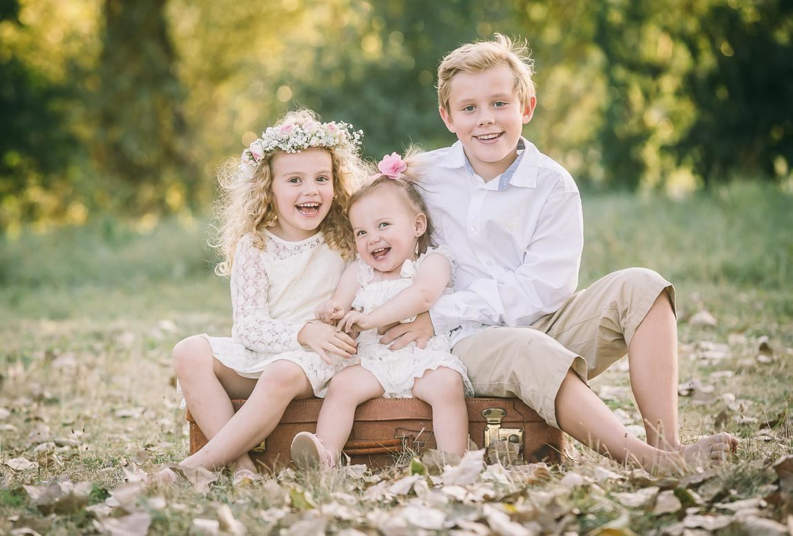 Romany Flower your family photographer in chile: brother and sisters enjoying while smiling at the camera