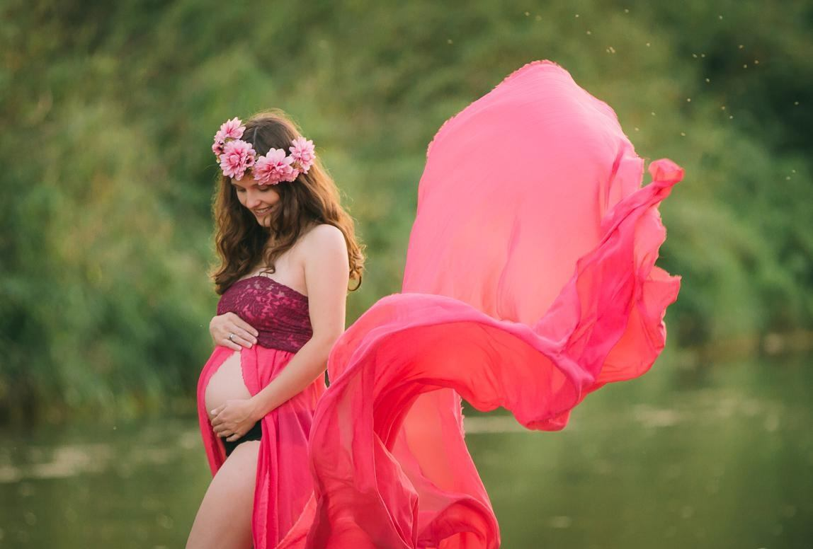 maternity photographer in Chile: maternity picture in bright dress