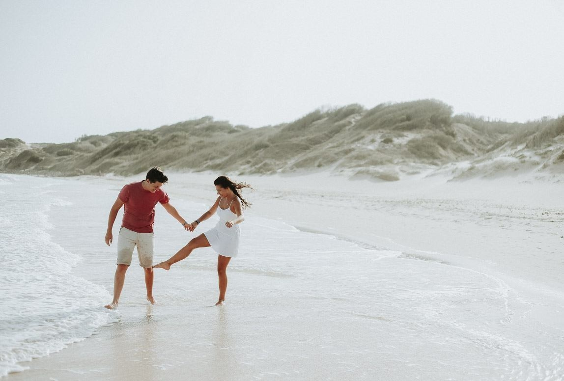 Bester Fotograf Mallorca - Verliebtes Paar spielt während Fotoshooting am Strand