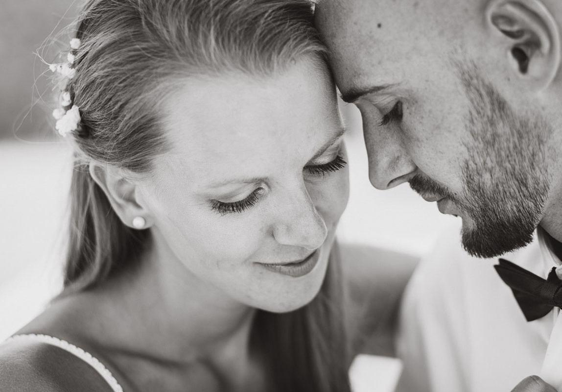 Bester Mallorca Fotograf: Brautpaar in intimer Umarmung während ihrer Hochzeitsfotos