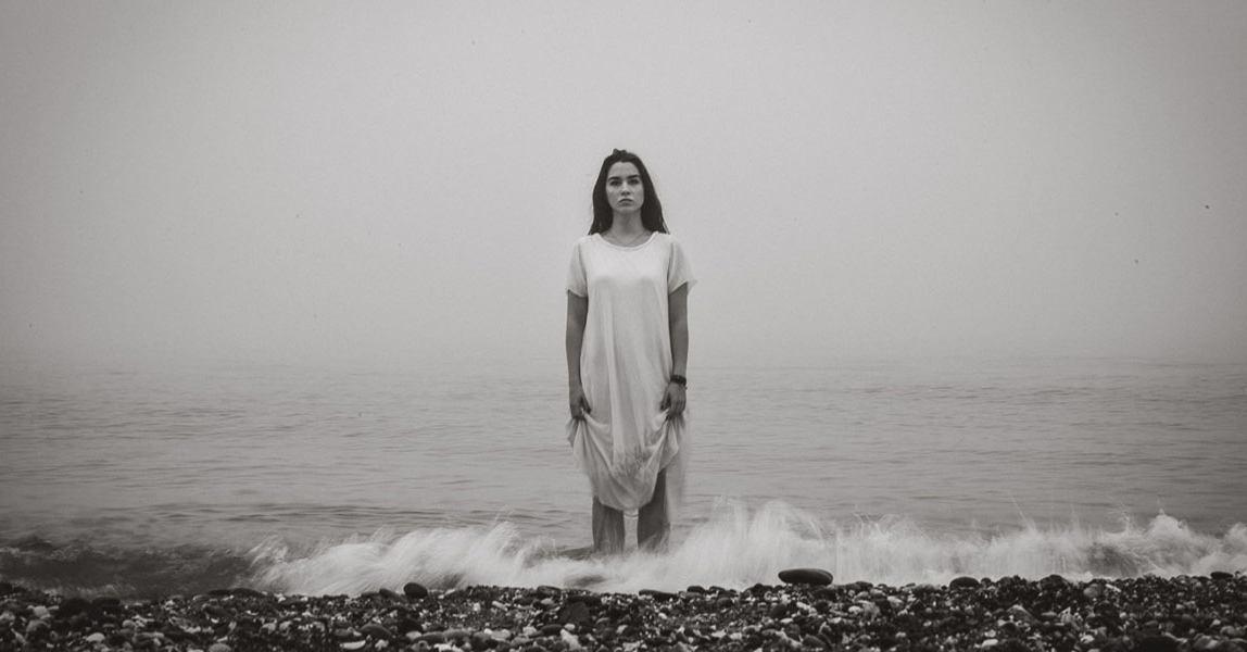 Guter Fotograf Mallorca: Künstlerisches Portrait beim Fotoshooting am Strand