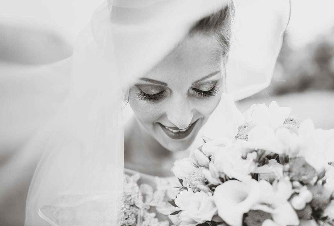 Mallorca-hochzeit-fotograf: Braut mit Blumen unter Schleier