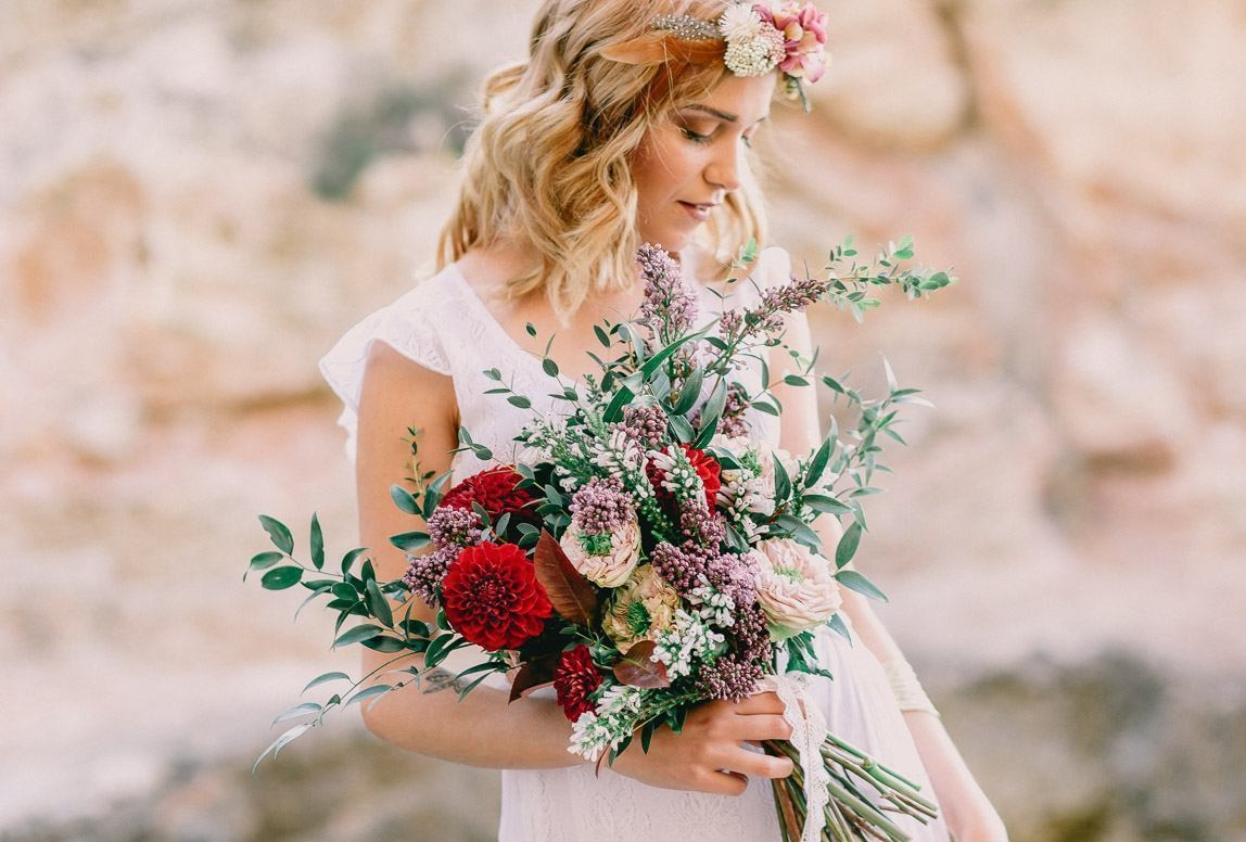 Mallorca Hochzeitsfotograf: Boho Braut mit Blumenstrauß