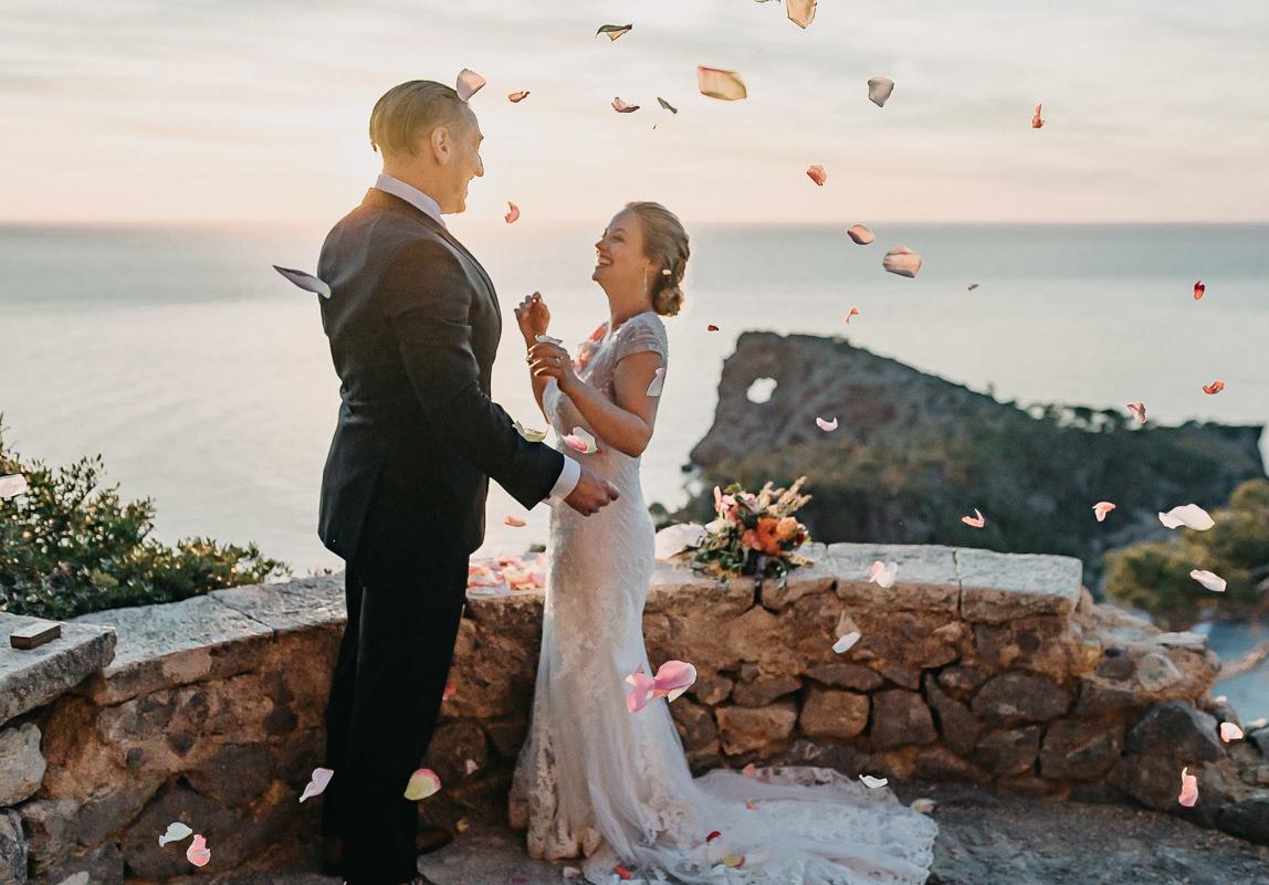 Palma Hochzeitsfotos: Braut und Bräutigam nach Trauung im Sonnenuntergang in der Nähe von Palma de Mallorca