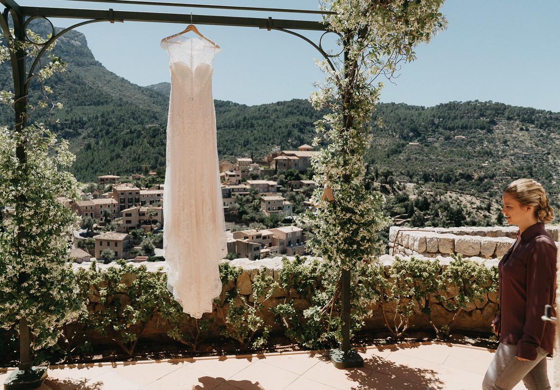 Hochzeitsfotos Mallorca: Braut beim Getting Ready - Brautkleid vor Aussicht auf Deia, Bellmond de la Residencia