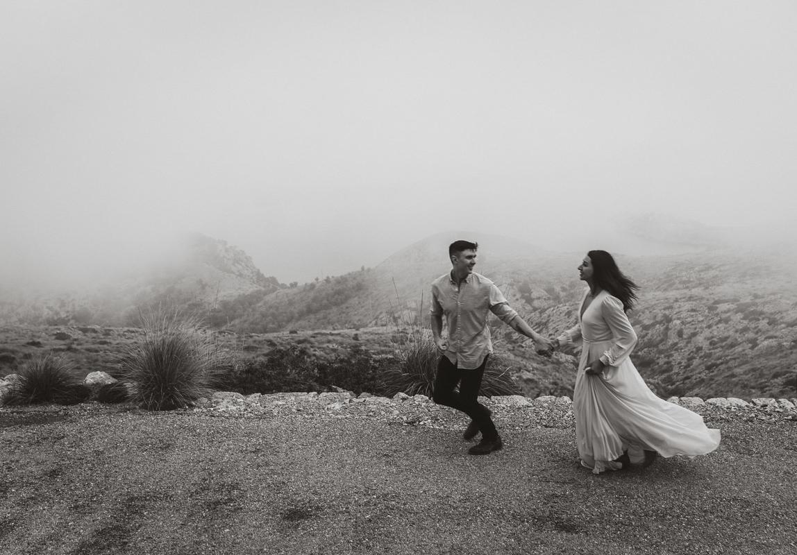 Mallorca After Wedding Fotograf - Braut und Bräutigam laufen die Straße entlang