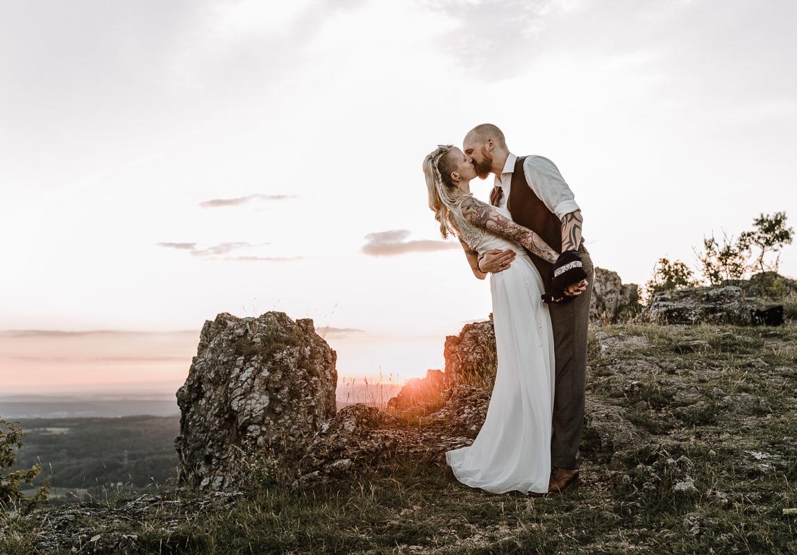 Mallorca Elopement Fotograf - Brautpaar bei Sonnenuntergang auf Berggipfel