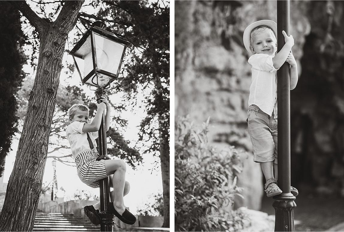 Mallorca Familien-Fotoshooting: Brüder klettern Laternenpfahl hoch