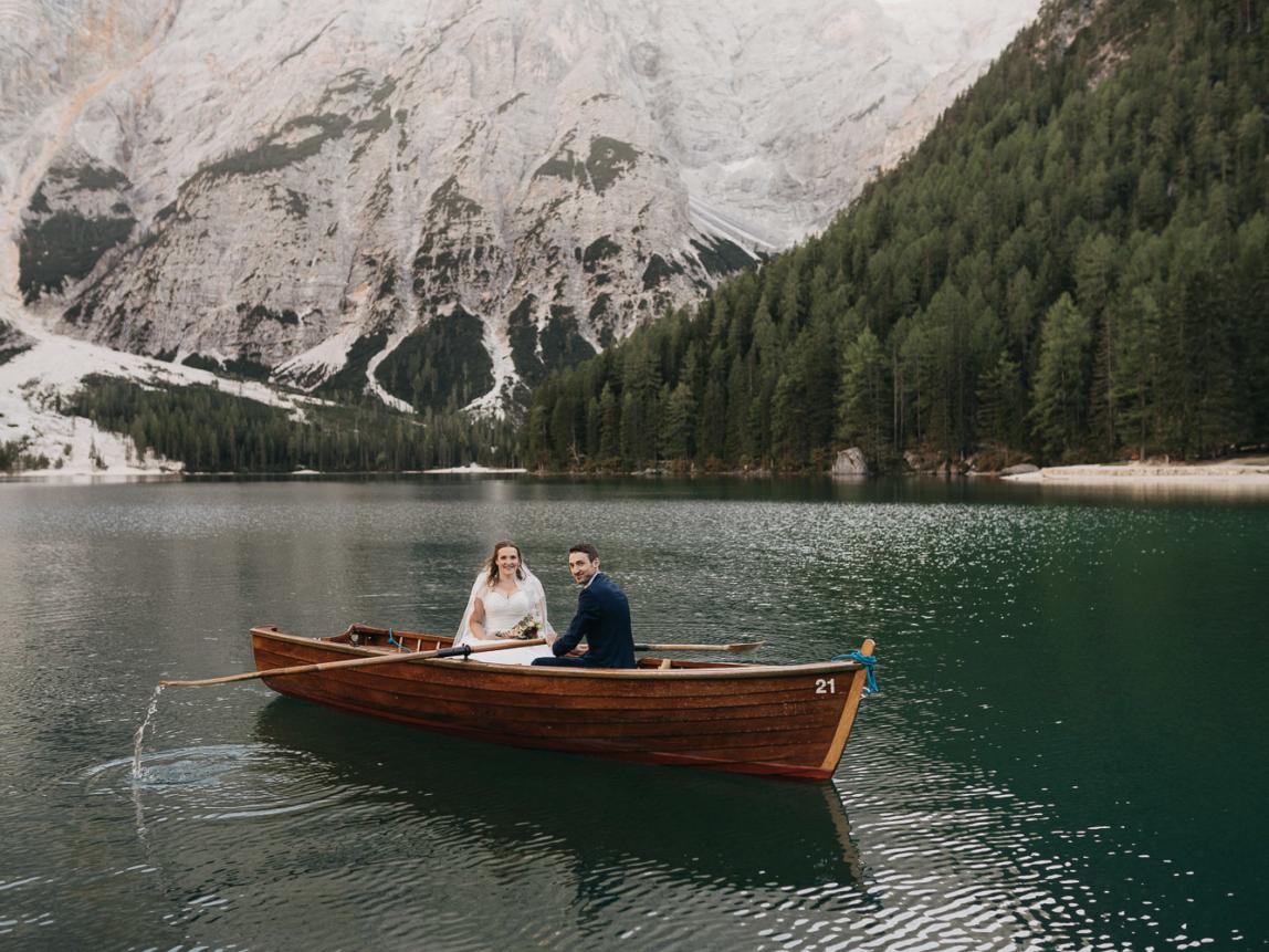 Mallorca Flitterwochen Fotoshooting - Brautpaar beim Bootfahren auf Bergsee