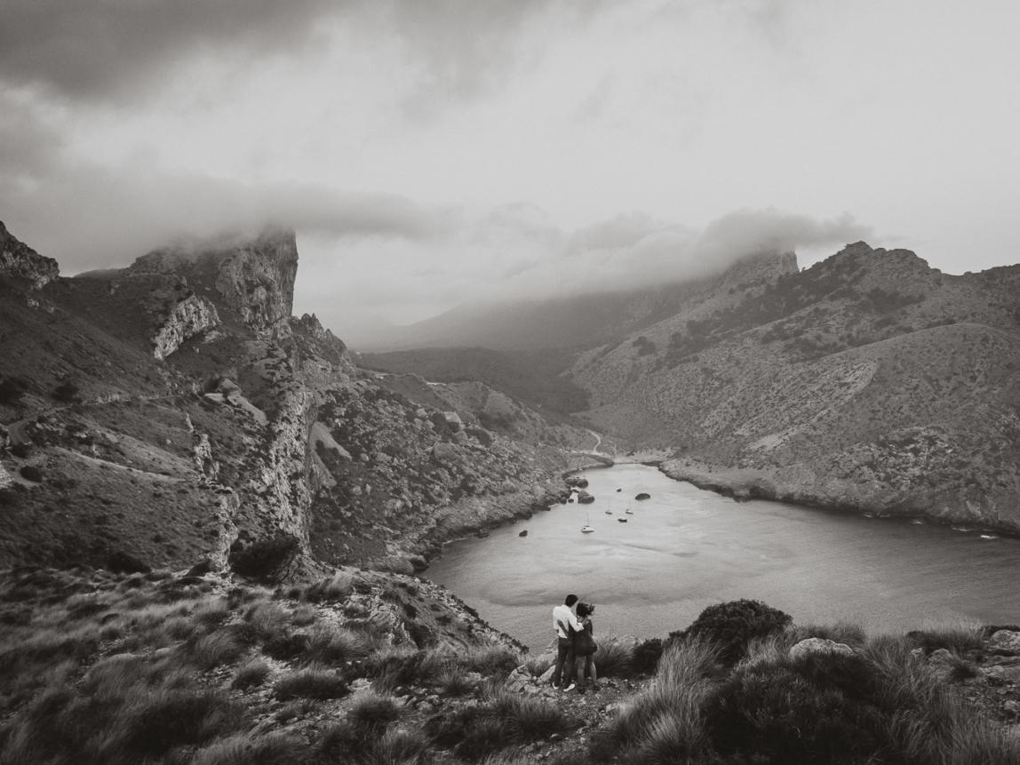 Mallorca Fotograf für Paare: Pärchen vor dramatischer Küstenlandschaft