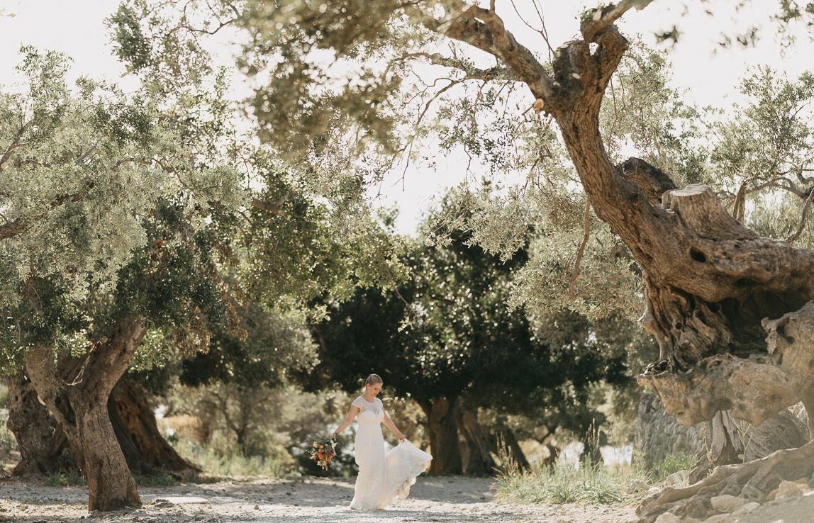 Mallorca Hochzeitsfotos: Braut in verträumten Olivenhain auf Mallorca, Deia