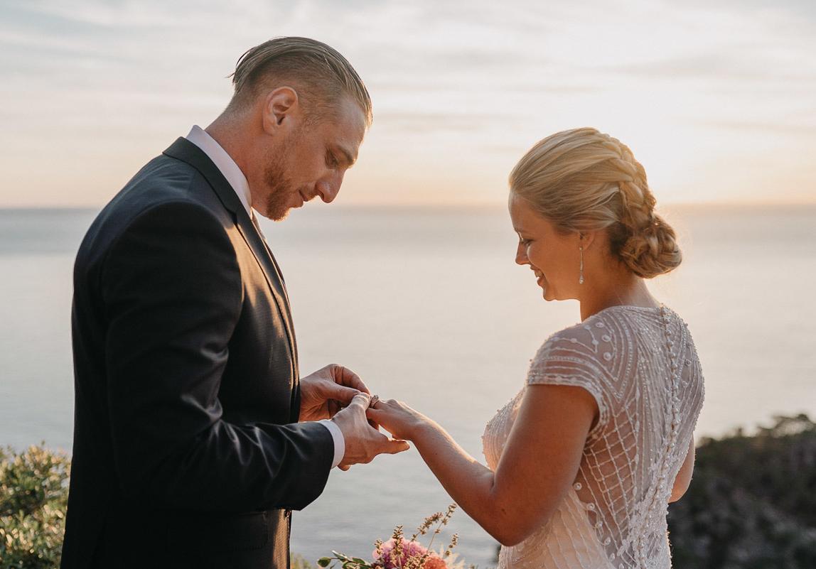 Mallorca Hochzeitsphotographie: Braut und Bräutigam beim Ringtausch im Sonnenuntergang auf Mallorca
