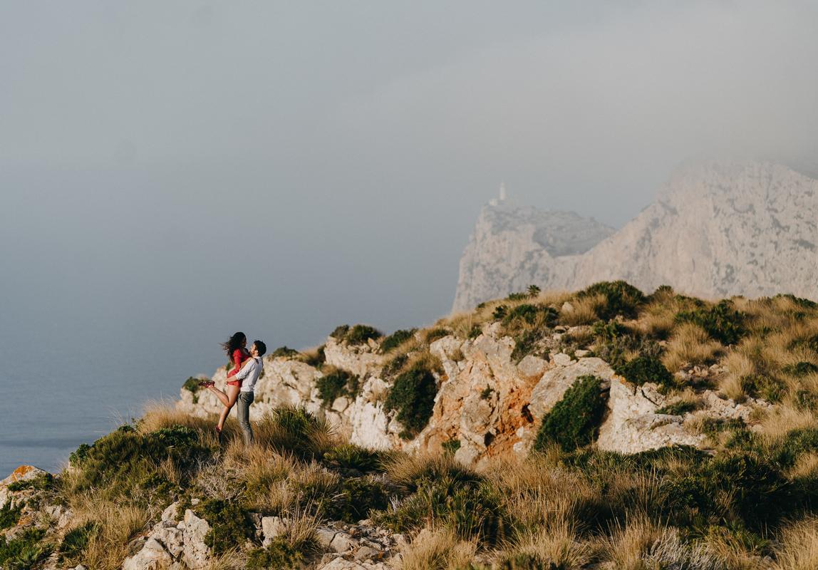 Mallorca Verlobungsfotos: Verlobtes Paar beim Fotoshooting an der Küste