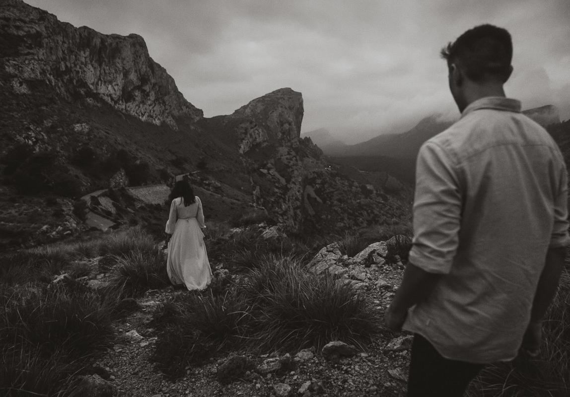 Paarfotos Mallorca - Paar während Abenteuer Fotoshooting in Mallorcas Tramutana Gebirge
